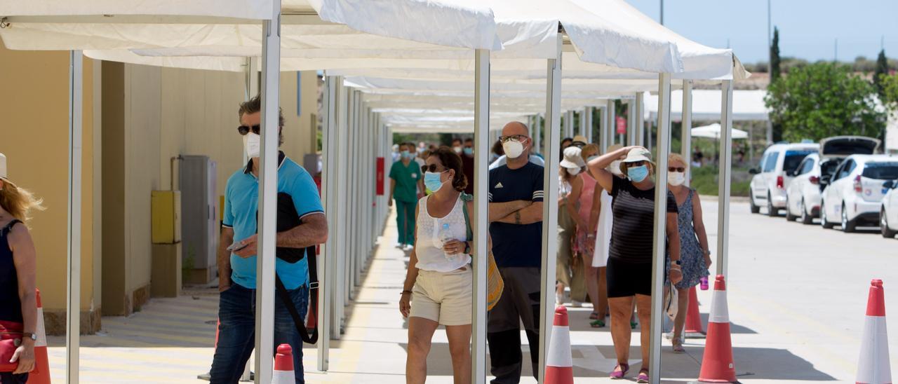 Personas esperando para vacunarse en el recinto de Ciudad de la Luz, en Alicante.