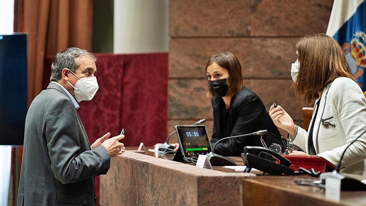 Francisco Moreno durante la comisión de control de la RTVC, en el Parlamento de Canarias. | | EFE / RAMÓN DE LA ROCHA