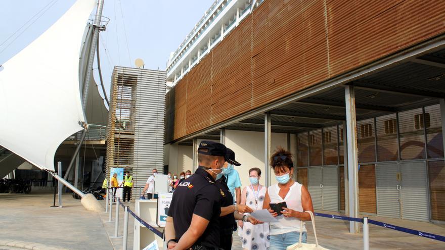 La Policía da consejos sobre turismo seguro a los pasajeros de un crucero atracado en Alicante
