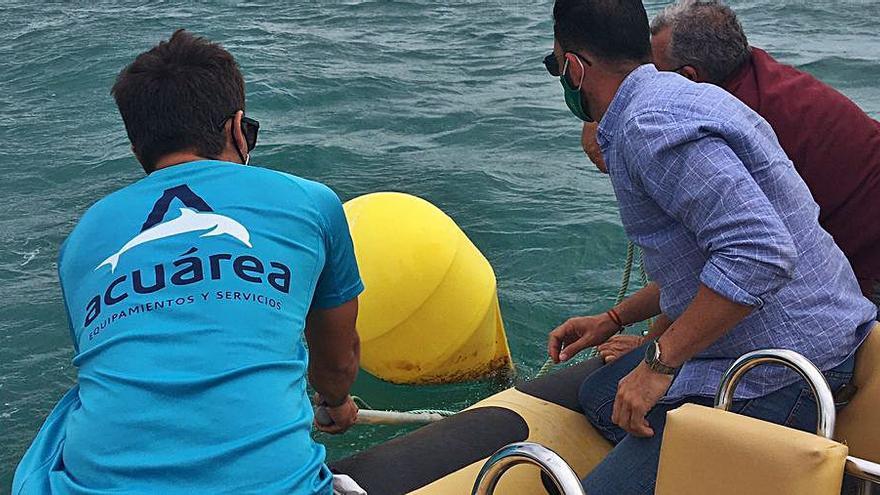 Instalan 56 boyas para señalizar en las playas de Orihuela 8 kilómetros de baño