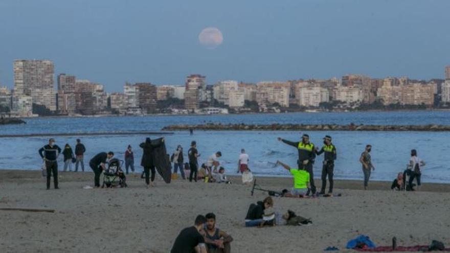 La Policía Local cerrará las playas de Alicante si se producen aglomeraciones este fin de semana