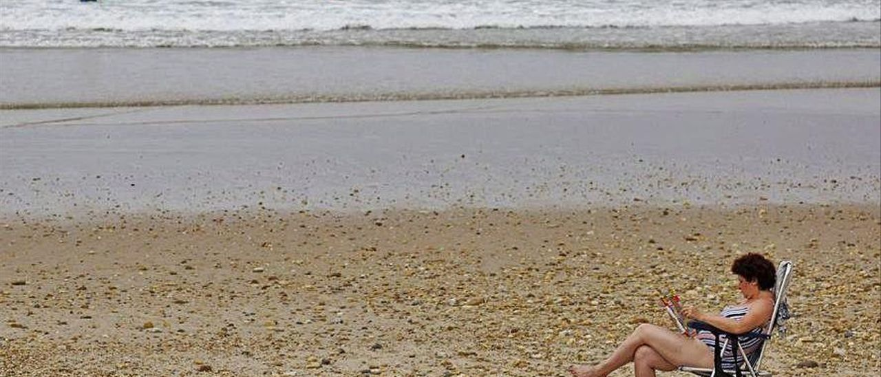 Una veraneante en la playa, en Ribadesella, este verano.