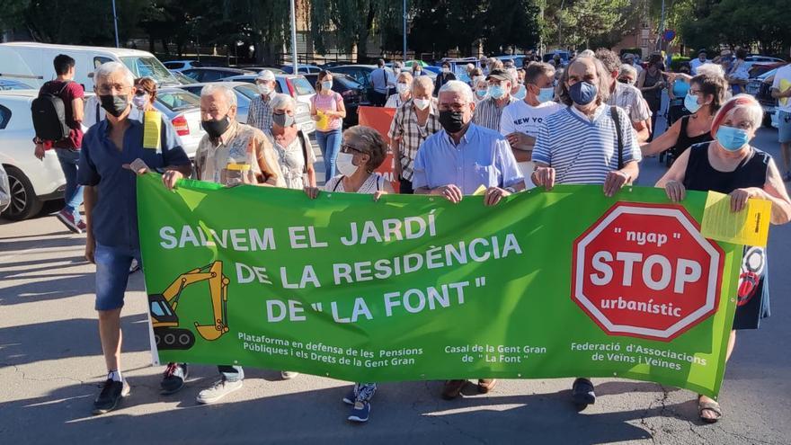 Un centenar de manifestants contra l'afectació al geriàtric de la Font