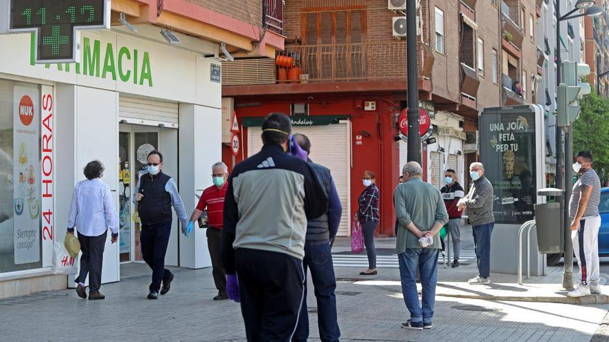 Colas en las farmacias de València para recibir las mascarillas gratuitas