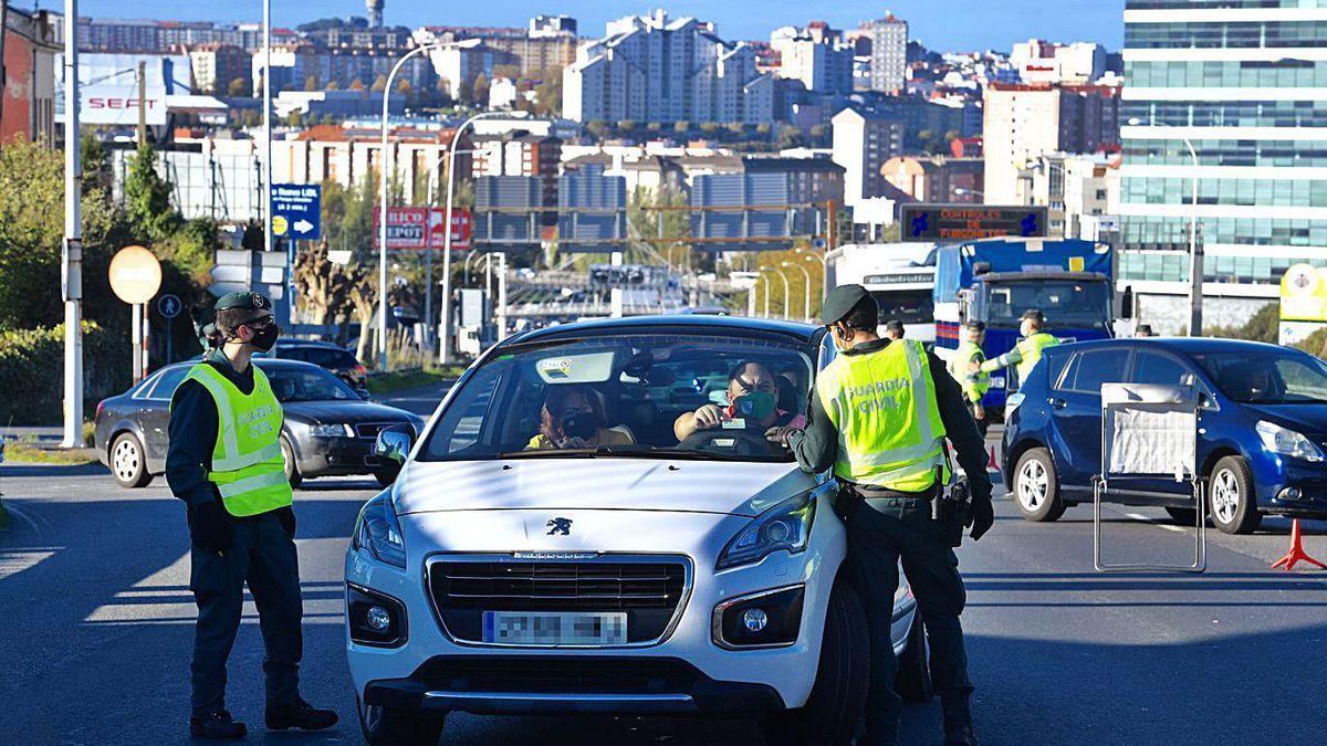 Control policial a un vehículo en Alfonso Molina tras el cierre perimetral.