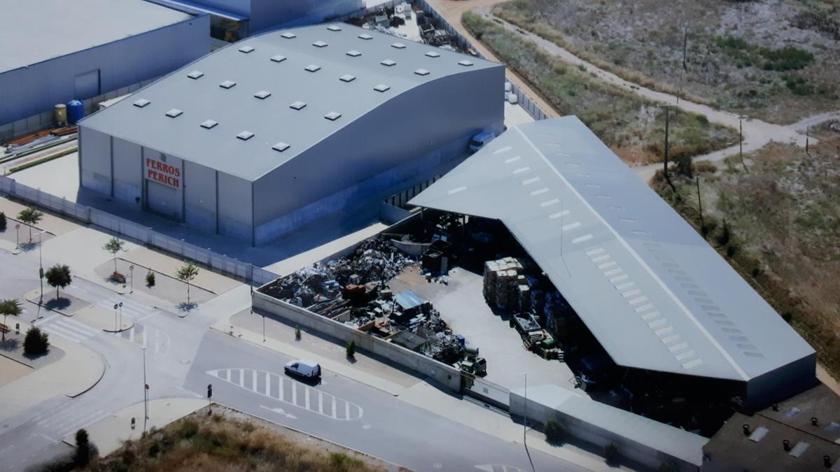 Ferros Perich es troba al polígon industrial de Santa Llogaia d'Àlguema i consta de dues naus.