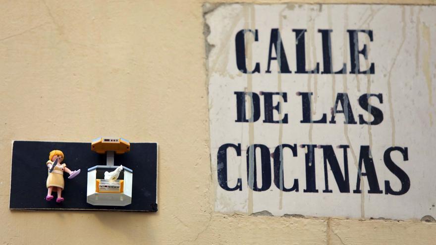 Figuras de Playmobil adornan las placas de calles en el centro de València