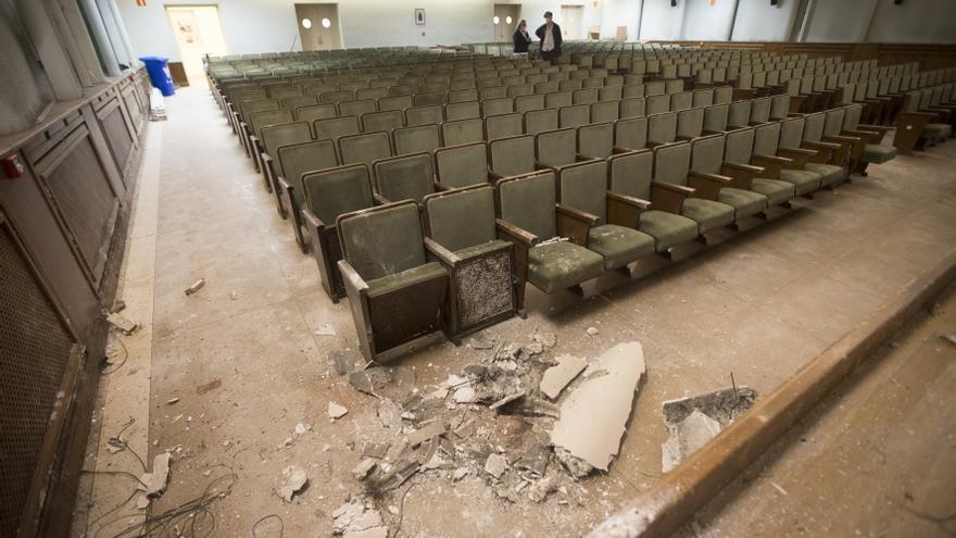 El inconcebible estado del salón de actos del colegio de La Gesta