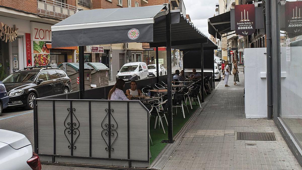 Una terraza instalada en plazas de zona azul, en la capital. | Emilio Fraile