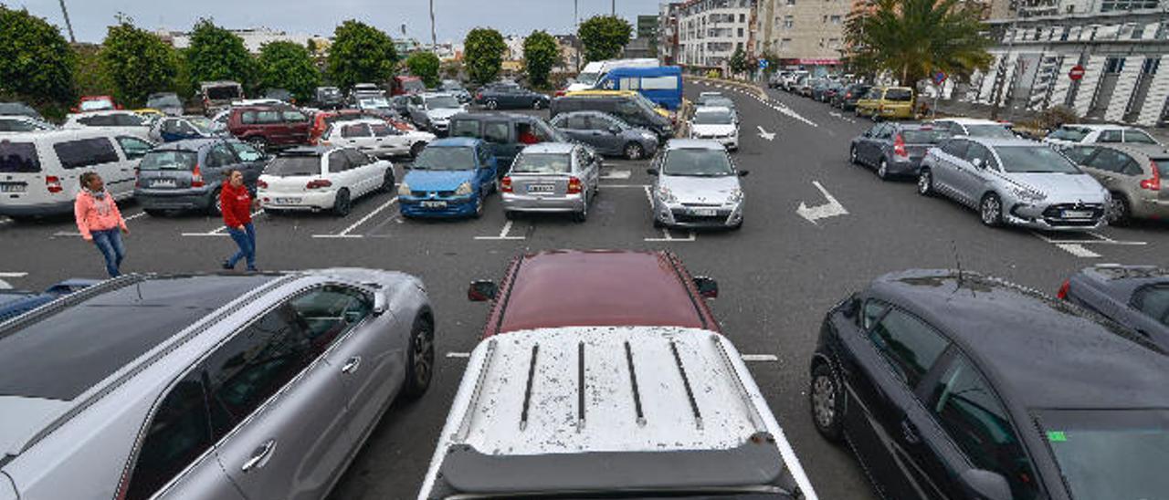 Imagen del aparcamiento del centro de salud, repleto de coches, el pasado mes de marzo.