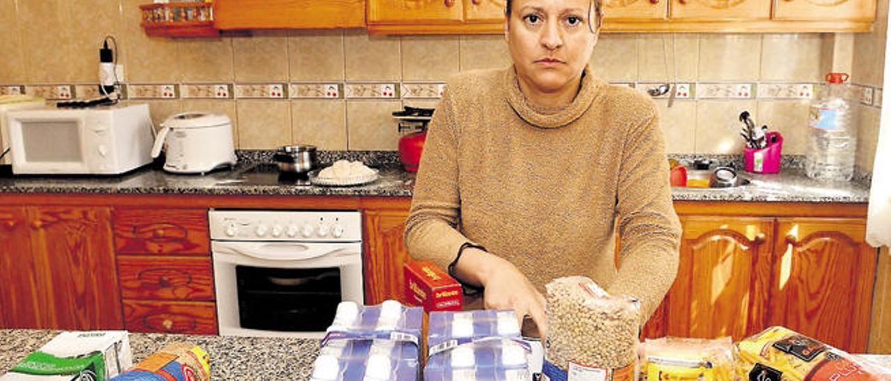 Begoña Pérez, el pasado miércoles, con comida recibida del banco de alimentos de Telde.