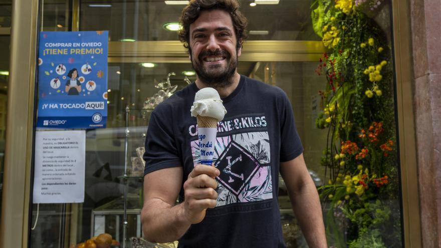 """El verano llega con el cucurucho: El """"turrón de verdad"""" al que es fiel Diego Verdú en Oviedo"""