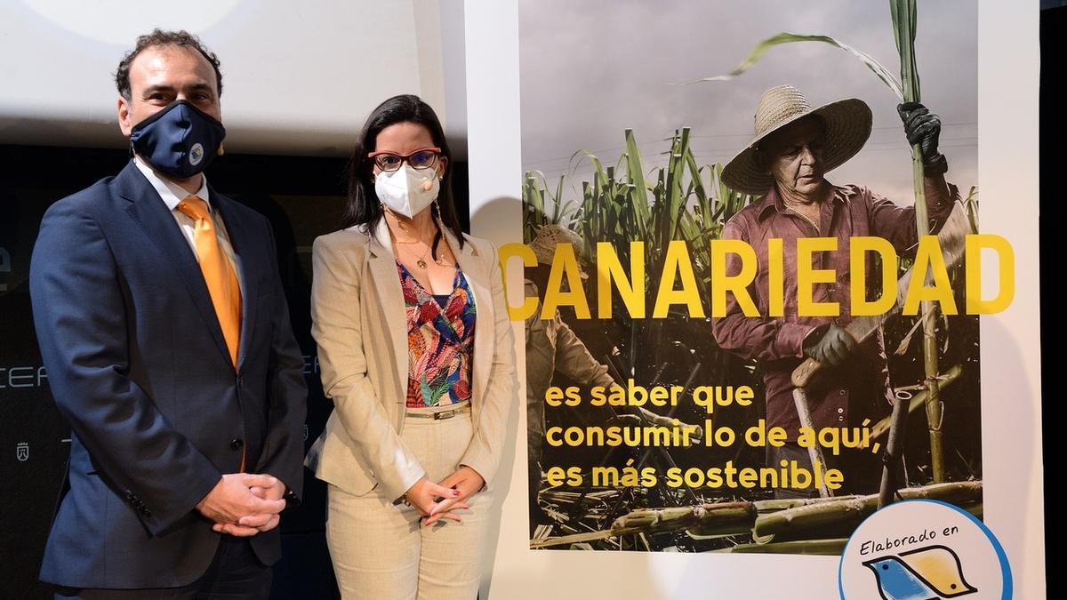 La consejera de Turismo, Industria y Comercio del Gobierno de Canarias, Yaiza Castilla; el presidente de Asinca, Raúl García