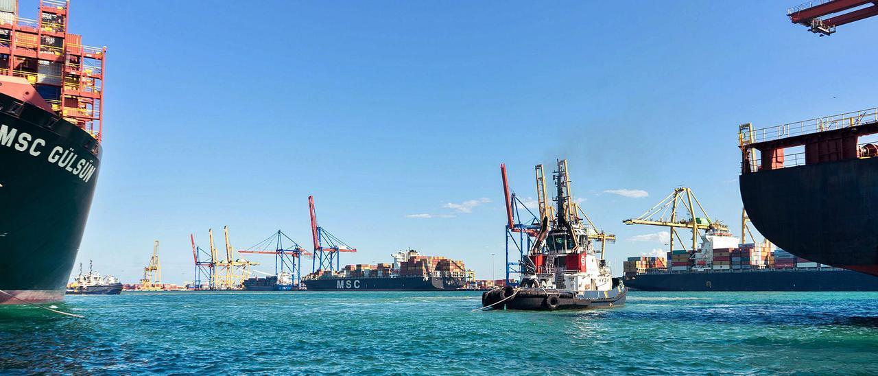 Terminales de contenedores del Puerto de València, con un remolcador próximo a los buques de mercancías.   LEVANTE-EMV