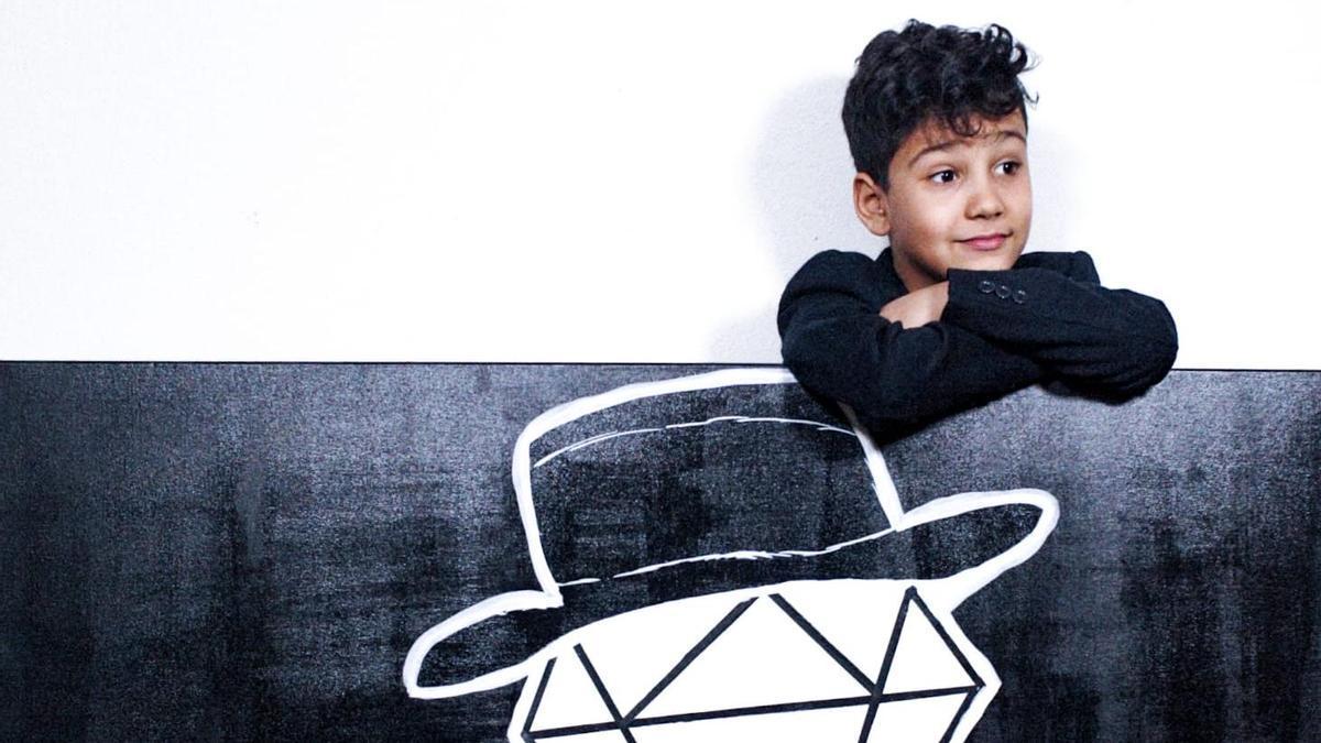 Der achtjährige Künstler Manuel Díaz mit einem Bild aus seiner Diamanten-Serie