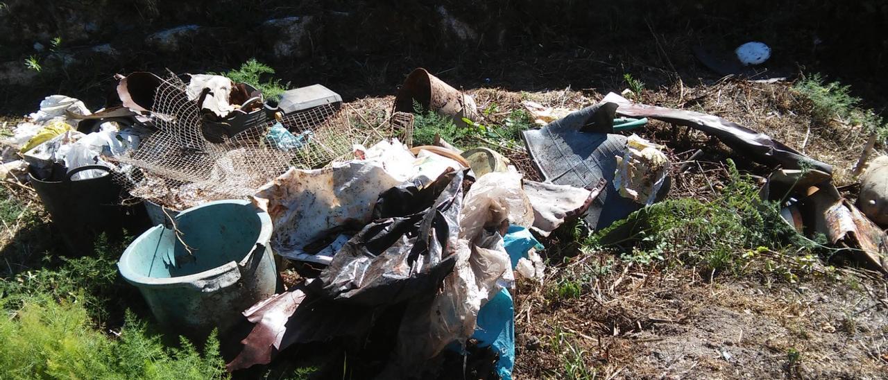 Residuos de todo tipo junto al Río da Cal