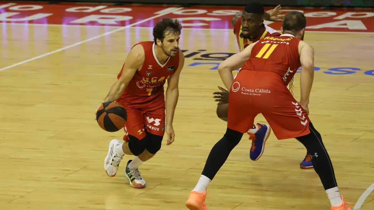 Tomás Bellas, jugando el pick and roll con Nemanja Radovic.