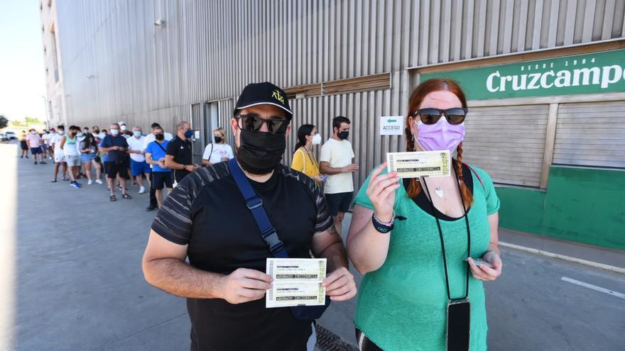 Colas en El Arcángel por conseguir las entradas del Córdoba CF