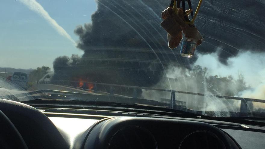 Un incendio junto a la factoría de Ford Almussafes provoca una gran columna de humo que se divisa en toda València