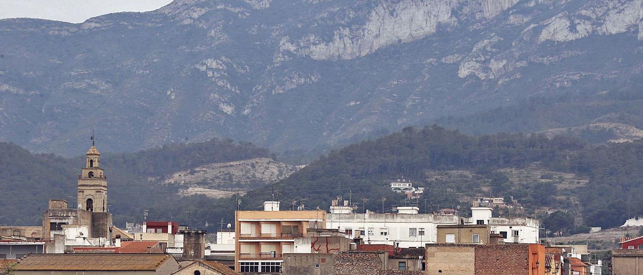Una perspectiva de la Serra de Corbera, con el núcleo urbano de Llaurí a sus pies.   VICENT M. PASTOR
