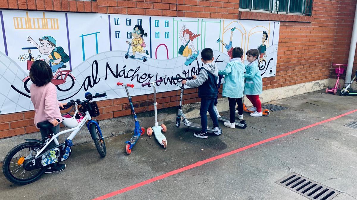 Els més menuts de l'escola han estrenat un pàrking per als seus vehicles i tots gaudeixen d'un mural.