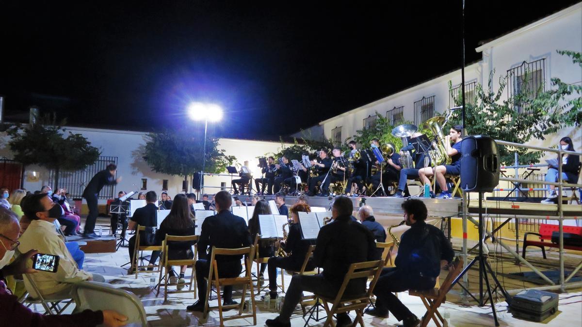 La banda de música durante su actuación en la Plaza de Las Moreras de Monesterio