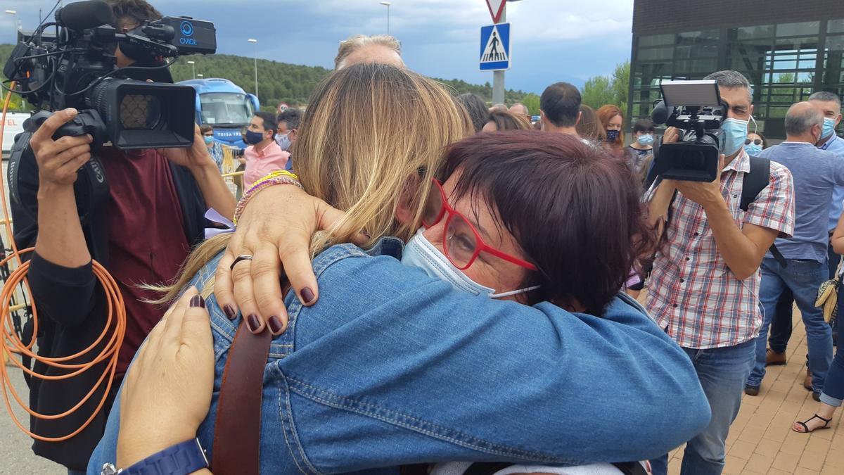 Abraçada de l'alcaldessa de Figueres i l'exconsellera a la sortida de la presó.jpg