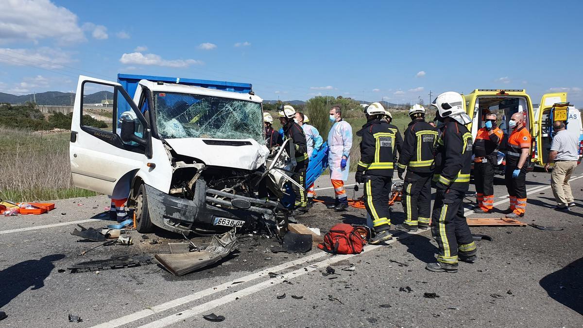 Bomberos de Córdoba y sanitarios intentan rescatar a las víctimas del accidente atrapadas en el camión.