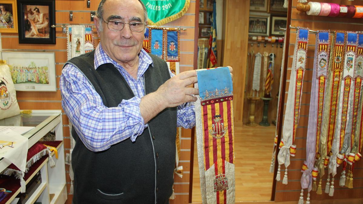 Enrique Blasco, con una banda de fallera mayor de València