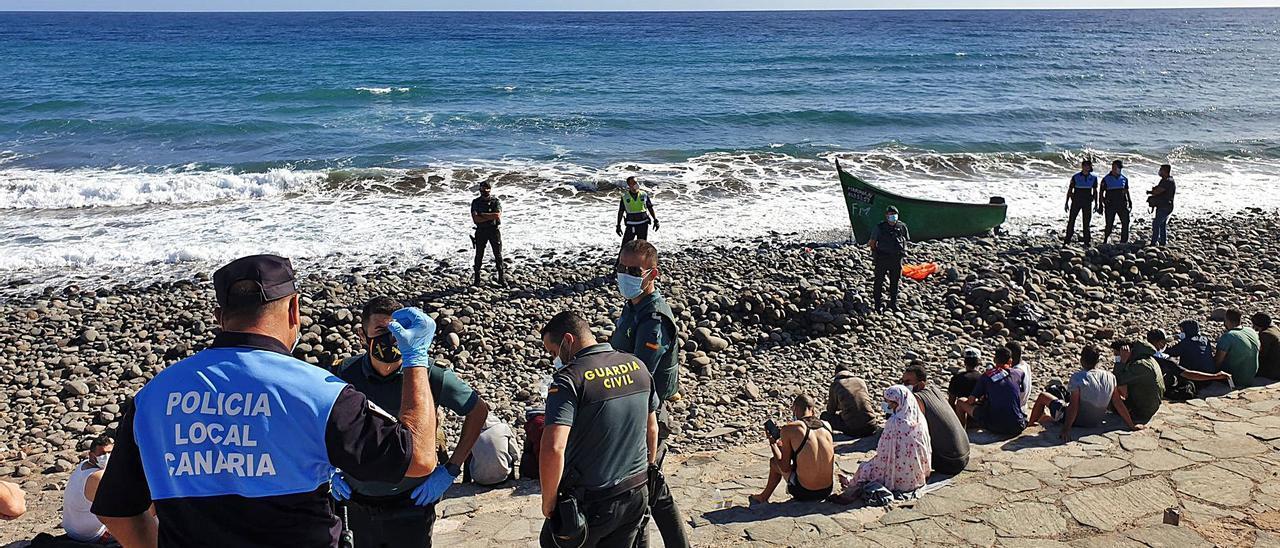 Patera llegada ayer a la playa de Pozo Izquierdo con una veintena de ocupantes.