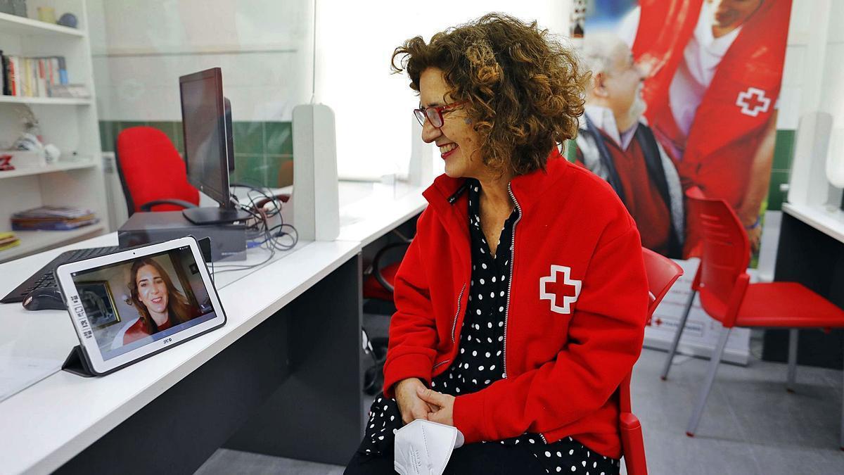 Vicenta Alborch y Maria José Barraquer se comunican mediante pantalla desde la pandemia.   M.A. MONTESINOS