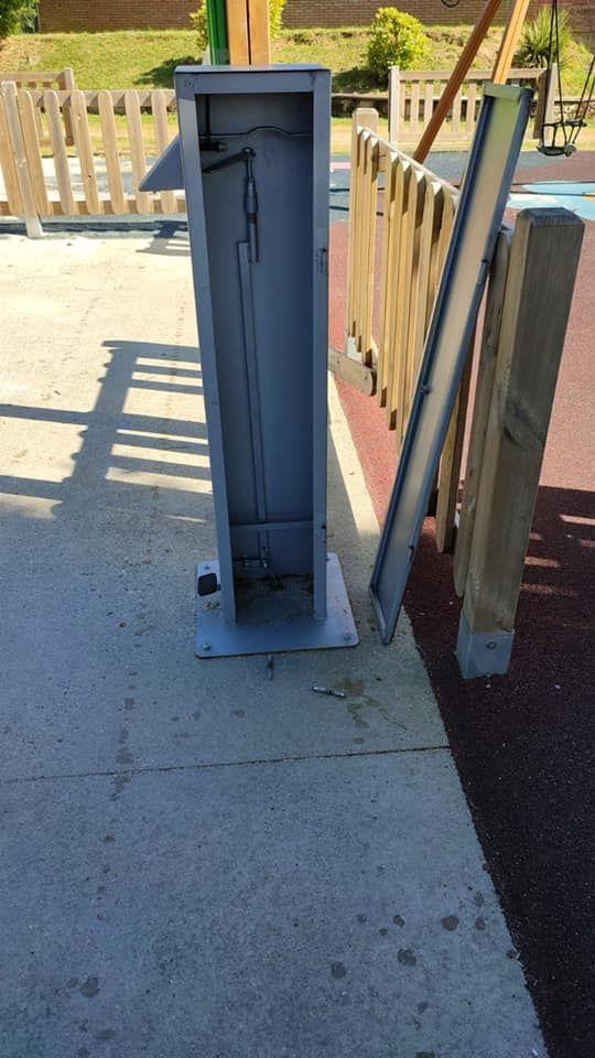 Dispensador de gel hidroalcohólico roto.
