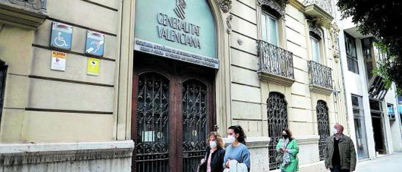 Transeúntes pasan junto al edificio de la calle Colón de València que Igualdad va a reformar.  | MIGUEL A. MONTESINOS