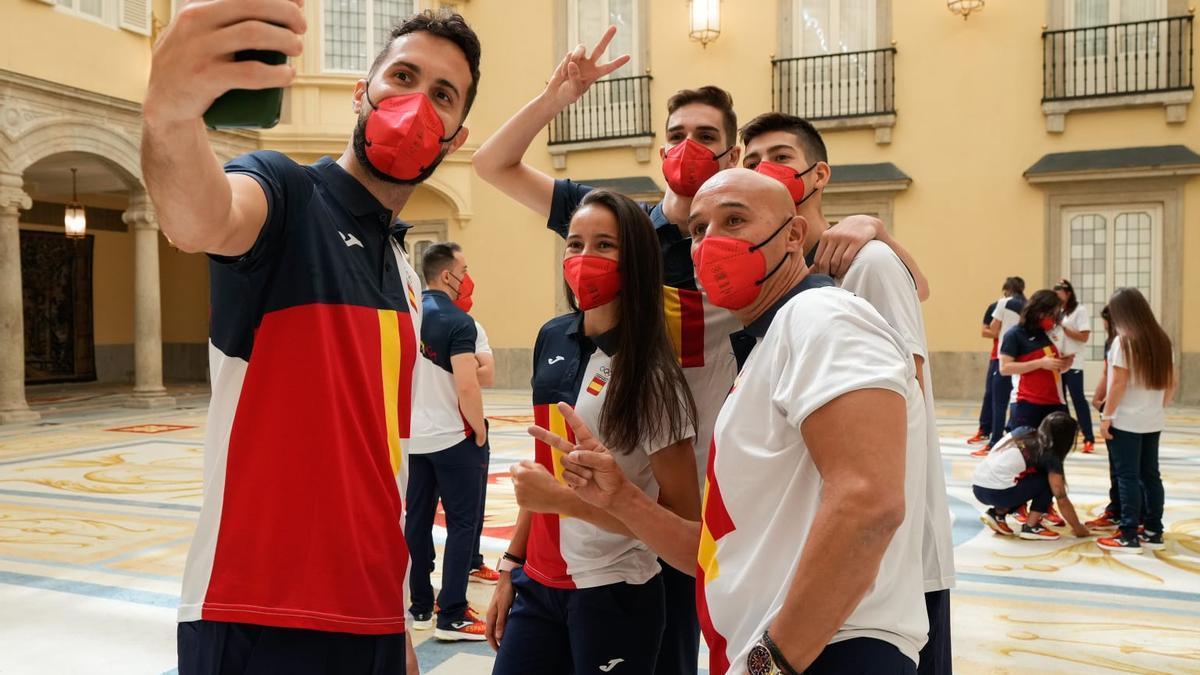 Adriana Cerezo, junto al resto de taekwondistas españoles, durante la recepción del Rey.