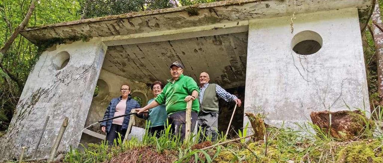 Leonor Núñez, Ana Blanco, Monchu González y Everardo Pérez en la fuente-lavadero del Llanu Margolles (Cangas de Onís), ayer.