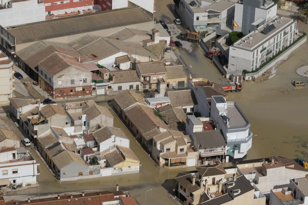 Los diseminados con viviendas residenciales en la huerta se han inundado junto al Segura