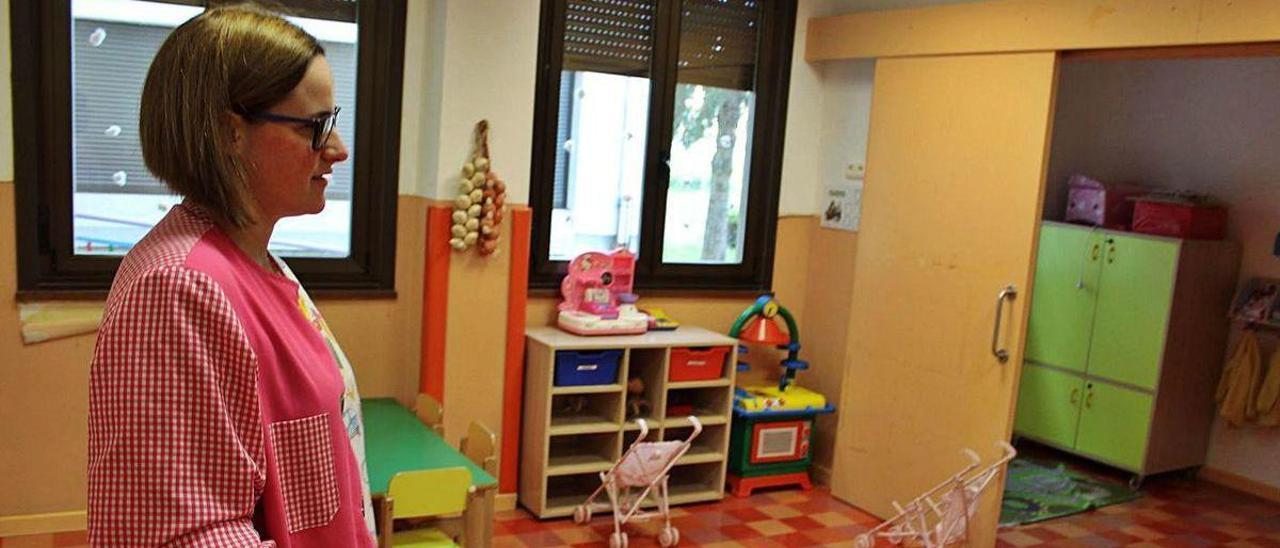 """La directora de la escuela infantil """"El Turullón"""", Alba Fernández, en una de las aulas."""