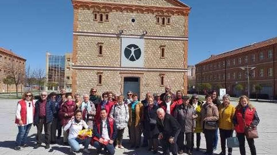 Usuarios del Plan de Mayores de Cruz Roja visitan el Museo Pedagógico en Zamora y se acercan al ayer y el hoy del sistema educativo