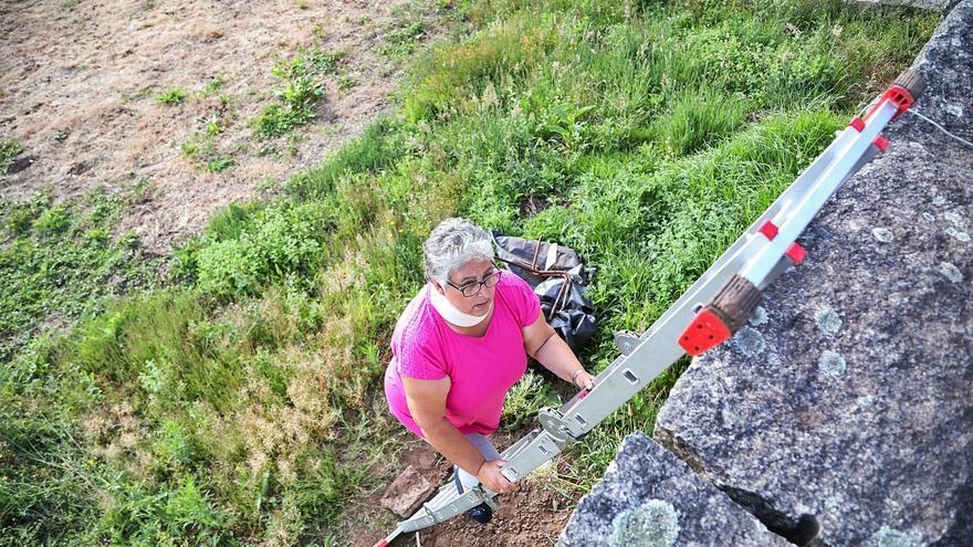 Una vecina de Tomiño tiene que trepar un muro de 4 metros para acceder a su casa