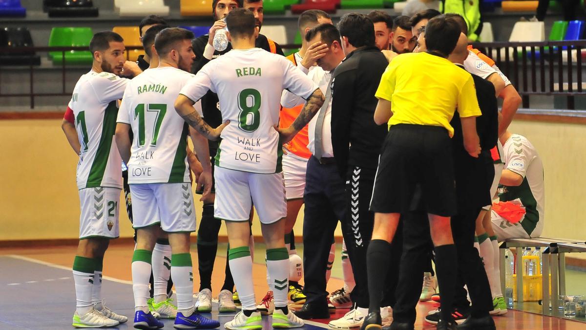 Los jugadores del Elche, durante un tiempo muerto de un partido de la pasada temporada