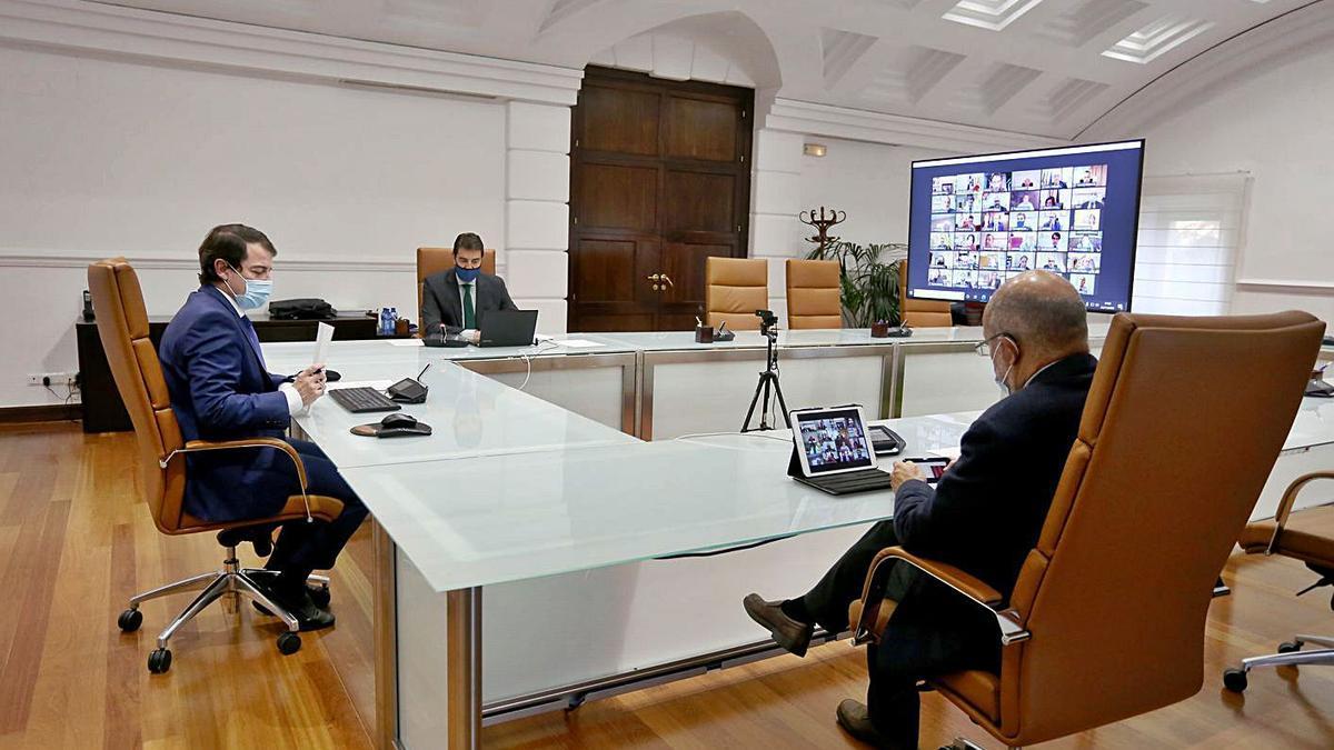 El presidente Fernández Mañueco, en la reunión telemática de la Conferencia de Titulares de Alcaldías y Presidencias de las Diputaciones de Castilla y León. | Ical