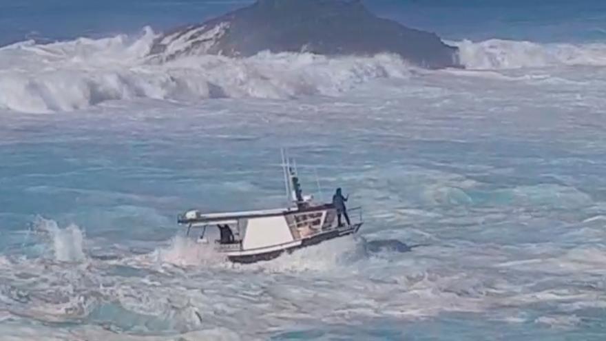 """Heroica maniobra para entrar en el puerto de Tapia en pleno temporal: """"¡Ay, Juanín!"""""""