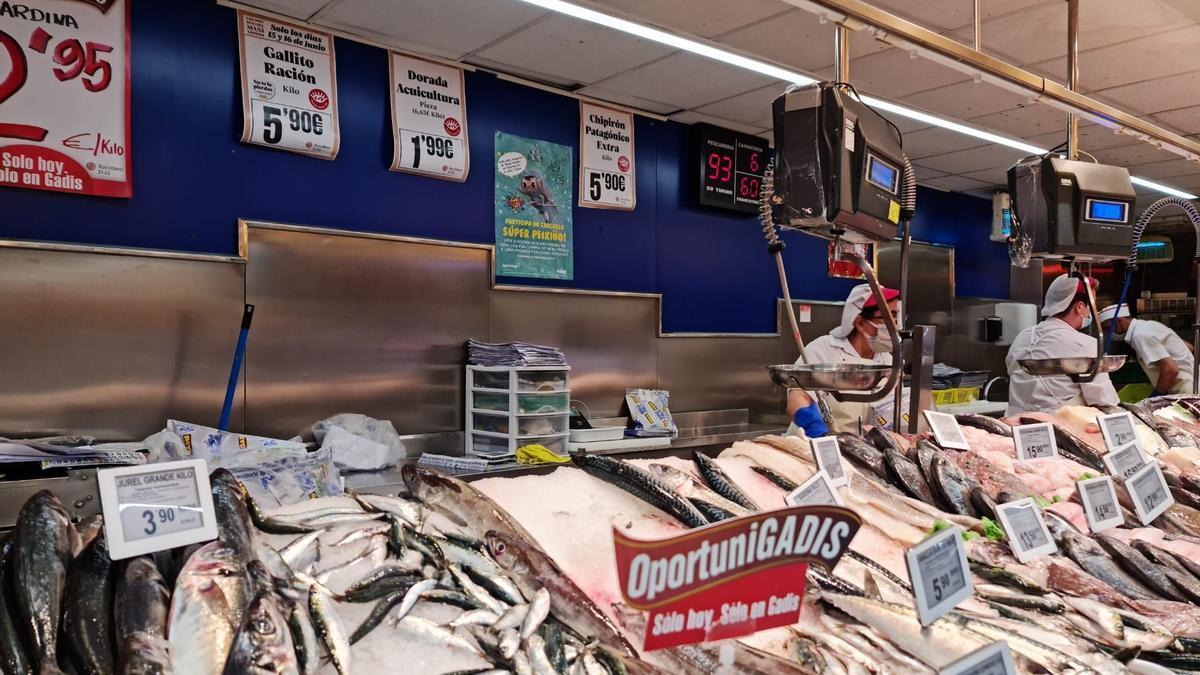 """Un supermercado con el cartel de la campaña de """"Súper Peixiño"""""""