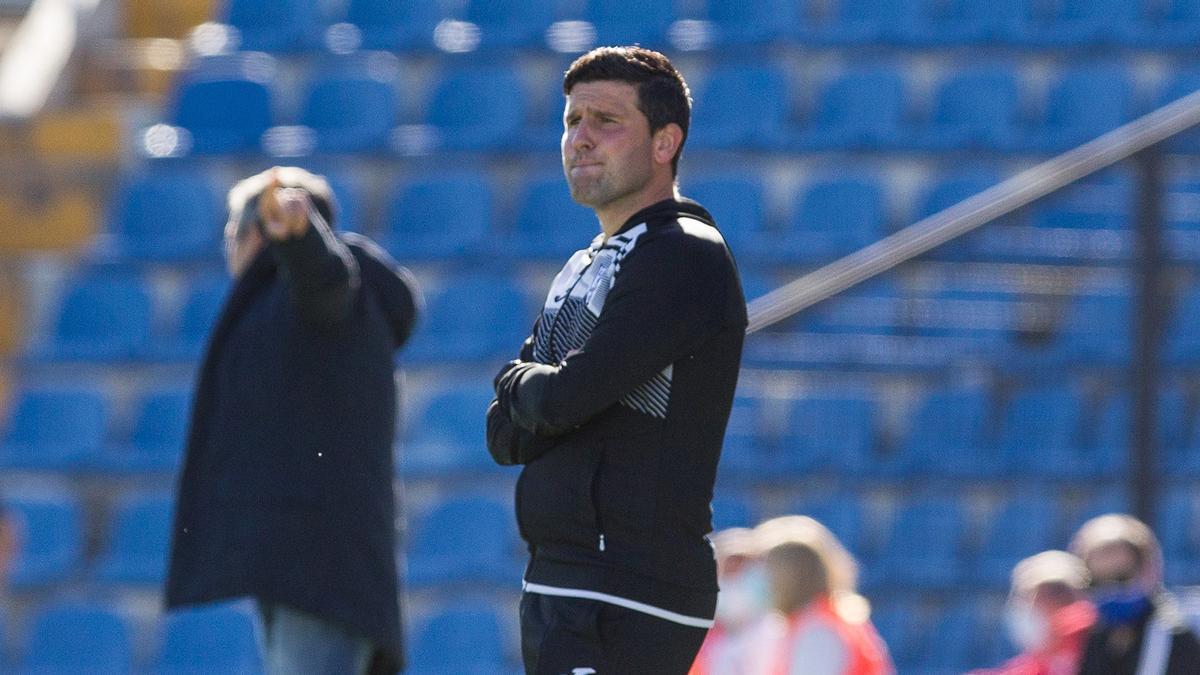 El técnico del Orihuela Gerard Albadalejo con Cubillo al fondo.