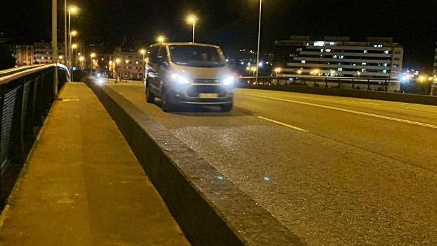 Evacuan al Hospital de Jove a un varón que casi se precipita por el puente de Carlos Marx, en Gijón