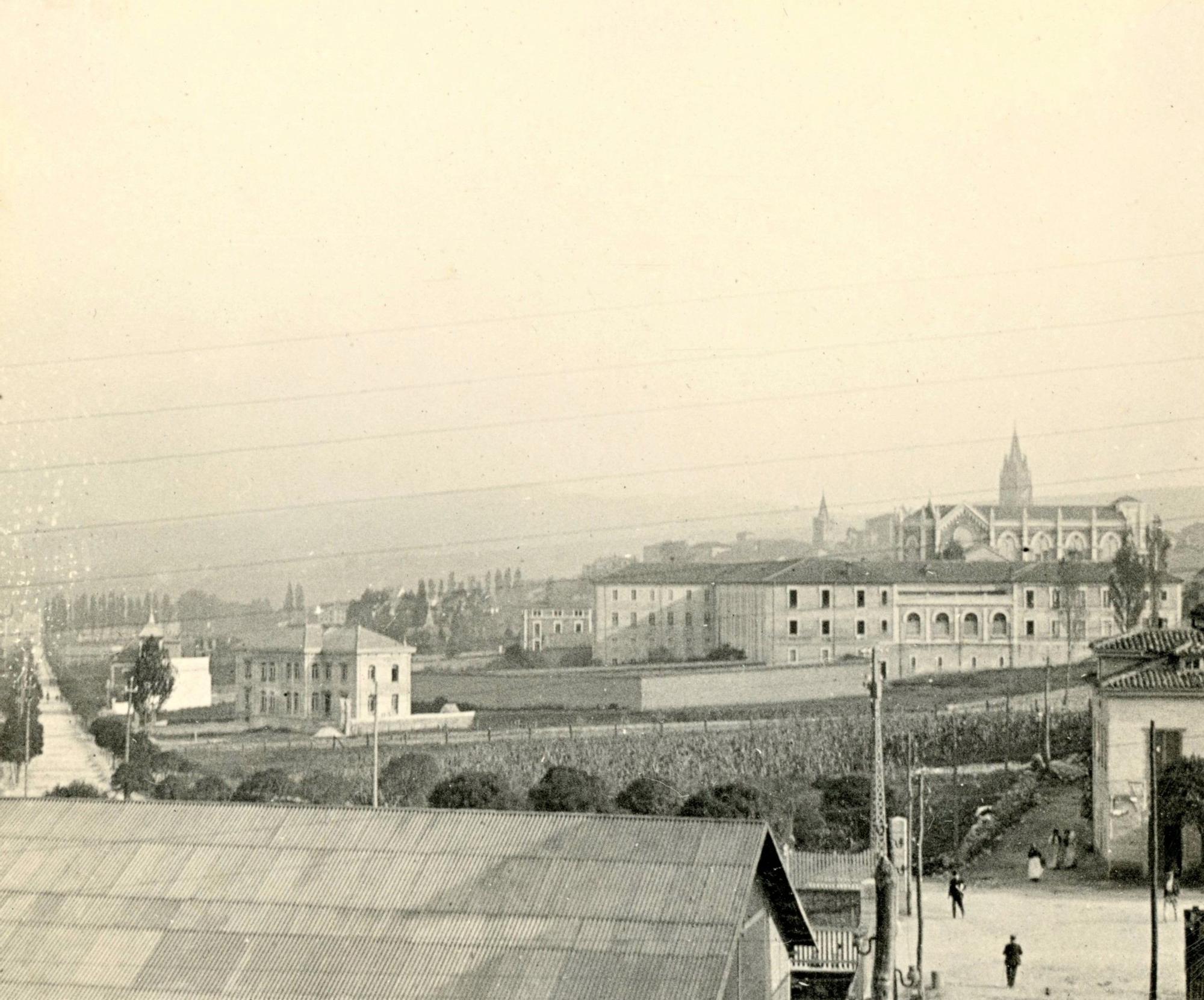Vista del convento de las Salesas levantado en 1881; a la izda., la calle General Elorza abierta en 188..jpg