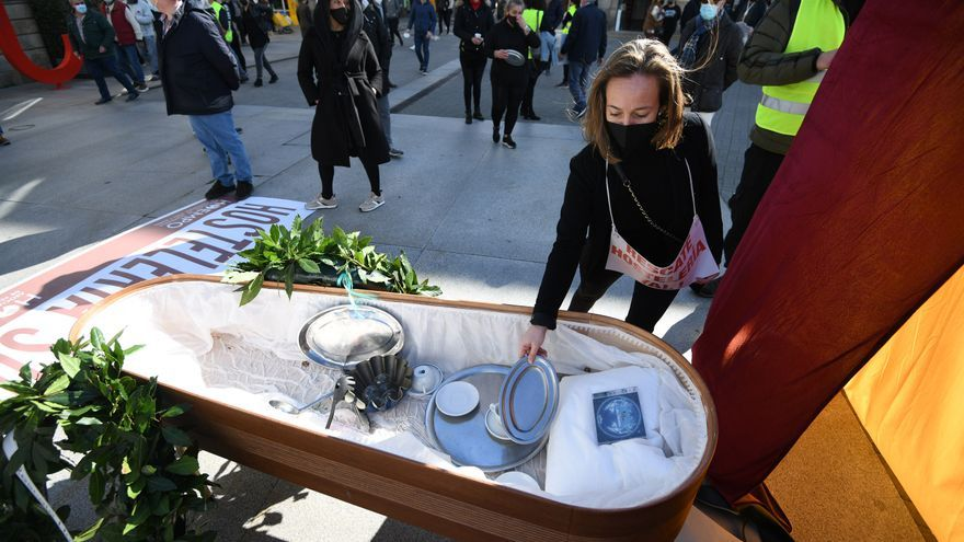 La hostelería de Pontevedra no abandona el luto