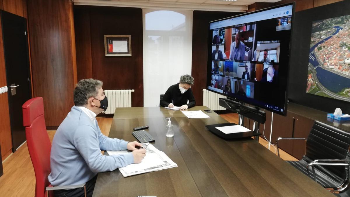 El alcalde de Pontevedra en videoconferencia con el Sergas hoy.