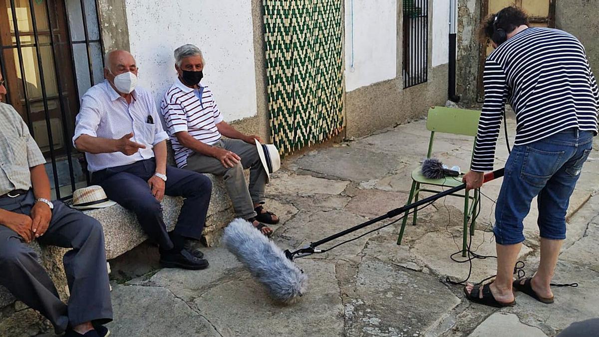 Tres vecinos de Muga participando en el documental dirigido por Juan Ibarrondo sobre la huella de Arguedas en Sayago.   L. Ferrero