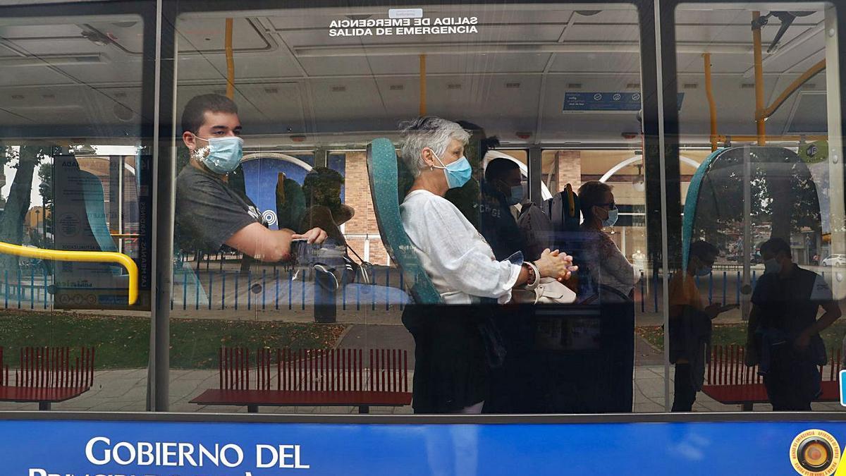 Usuarios del transporte público, en un autobús del Consorcio de Transportes. | Mara Villamuza